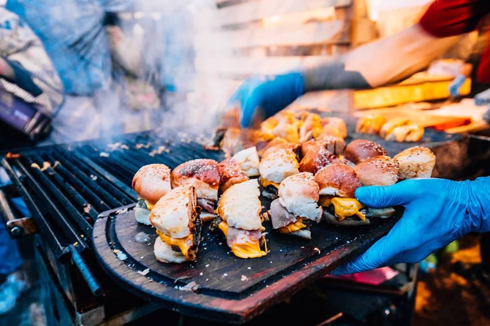 Urban Piknik Izgarasında Pişirme İşlemi Yapan Bir Aşçı